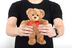 Дайте людям игрушечного медведя предпосылку белизны мальчика человека Стоковое Фото