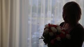Дала девушке большой букет роз, силуэт, подарок видеоматериал