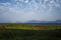 Далекие холмы морем стоковые изображения