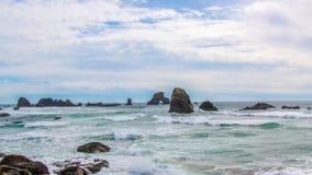 Далекий взгляд каменного утеса льва свода на море, Орегон стоковая фотография