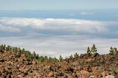 Далекий взгляд от горы над морем стоковые фото