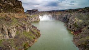 Далекий взгляд падений Шошона от вниз потока на бурный день стоковое фото