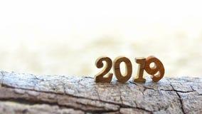 2019 дальше на деревянном журнале стоковые изображения rf