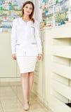 Дама аптекаря внутри полнометражная Стоковые Изображения RF
