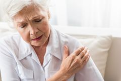 Дама вызревания чувствует боль в ее теле стоковое фото