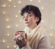 дама выпивает горячий шоколад от чашки Стоковая Фотография
