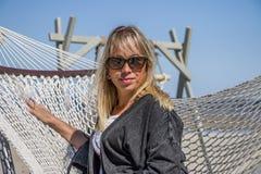 Дама в гамаке свободный полет стоковые фотографии rf