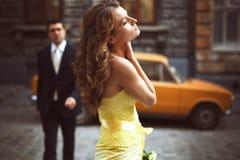 Дама в желтом цвете стоит держащ ее nack и глаза закрытыми Стоковые Фото