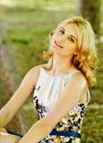 Дама в зеленом парке стоковое фото rf