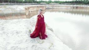 Дама В Красн Молодая красивая женщина в красном платье летания сток-видео