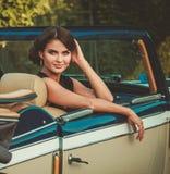 Дама в классическом автомобиле с откидным верхом Стоковое Изображение