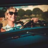 Дама в классическом автомобиле с откидным верхом Стоковые Фото