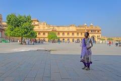 Дама в пурпурном, янтарном форте, Джайпуре, Раджастхане стоковое изображение rf