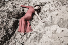 Дама в платье кладя в грязь стоковые изображения rf