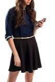 Дама в рубашке держит телефон Стоковые Фото