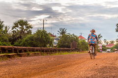 Дама в рубашке цветка ехать велосипед Стоковые Изображения RF