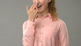 Дама говоря вас смешна в языке жестов, учителе показывая слова, консультацию акции видеоматериалы
