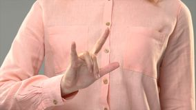 Дама говоря любовь в asl, показывая слова в уроке языка жестов, сообщение сток-видео