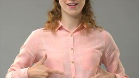 Дама говоря я люблю жизнь в языке жестов, учителе показывая слова в консультации asl сток-видео