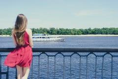 Дама голубой мечты дня выкрика ветрил-человека жизни неба моря унылая мечтательная в красной концепции платья Поднимите назад за  стоковое изображение rf