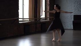 Дама Грейс в черном платье делает поворачивать в студию танца сток-видео