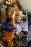Дама делает цветочные композиции в зиме стоковая фотография rf