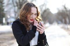 Дама дела в костюме outdoors с мобильным телефоном стоковая фотография rf