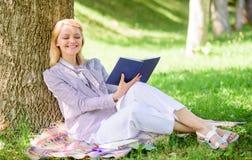 Дама дела находит минута для чтения книги улучшить ее знание Улучшение собственной личности и концепция образования Женская собст стоковые фотографии rf
