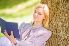 Книга улучшения собственной личности Улучшение собственной личности и концепция образования Дама дела находит минута для чтения к стоковое фото