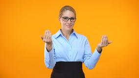 Дама дела показывая жест денег, приглашая проект запуска, обслуживание работы акции видеоматериалы