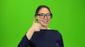 Дама дела усмехаясь и показывая большие пальцы руки вверх зеленый экран видеоматериал