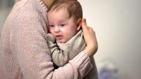 Дама держа крошечного ребенк, метода кенгуру носить предварительных поставленных младенцев стоковое изображение rf