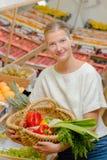 Дама держа плодоовощ & овощи корзины Стоковые Изображения