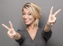 Дама делая знак мира Стоковое Изображение RF
