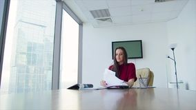 Дама дела девушки в офисе в небоскребе видеоматериал