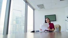 Дама дела девушки в офисе в небоскребе акции видеоматериалы
