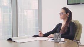 Дама дела девушки в офисе в небоскребе сток-видео