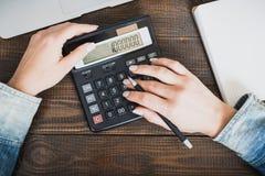 Дама дела утра Женские руки с ручкой и калькулятором, на которой миллион подсчитан Горизонтальная рамка Стоковая Фотография