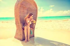 Дама женщины молодая при солнечные очки ослабляя на тропическом пляже Стоковые Изображения