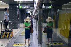 Дама ждет линию 6 метро Стоковое фото RF