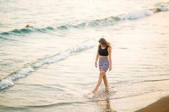 Дама идет по побережью в лето стоковое изображение