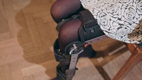 Дама извлекая поддерживающую расчалку ноги стоковые фото