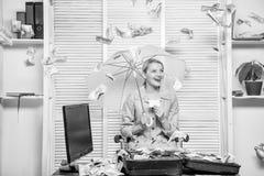 Дама или бухгалтер дела женщины под зонтиком E Бухгалтер с деньгами кучи спрятать под зонтиком стоковая фотография rf