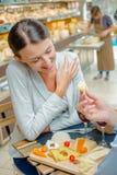 Дама имея еду будучи предлаганным сыр Стоковая Фотография RF