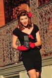 Дама используя винтажную камеру Стоковые Фото