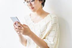 Дама Используя Мобильный телефон Smiling Концепция Стоковое фото RF