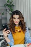Дама используя телефон в кафе Стоковые Фотографии RF