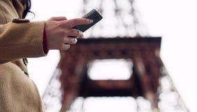 Дама ища номер такси в smartphone app и вызывая для того чтобы записать корабль Стоковая Фотография