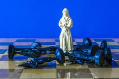 Дама на доске на голубой предпосылке Стоковое Фото