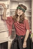 Дама на мечтательных стойках стороны перед раскрытым пустым холодильником r Женщина одетая в стиле boho выглядит тощей стоковое изображение